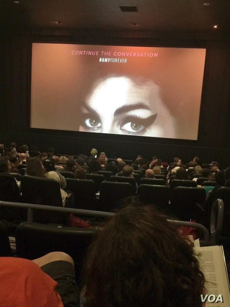 "The E Street Theater in Washington, D.C. was packed for a screening of the new documentary ""Amy' about the late singer Amy Winehouse, July 7, 2015. (Penelope Poulou/VOA)"