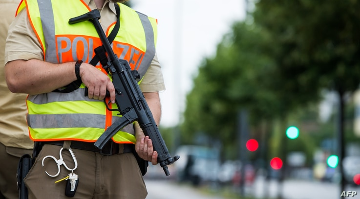 A policeman secures an area around the shopping mall (the Olympia Einkaufzentrum (OEZ) ) in Munich on July 22, 2016 following a shooting earlier.
