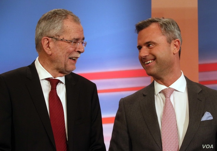 Norbert Hofer, right, candidate of Austria's Freedom Party, FPOE, talks to Alexander Van der Bellen, left, candidate of the Austrian Greens during the release of the first election results of the Austria presidential elections in Vienna, Austria, Sun