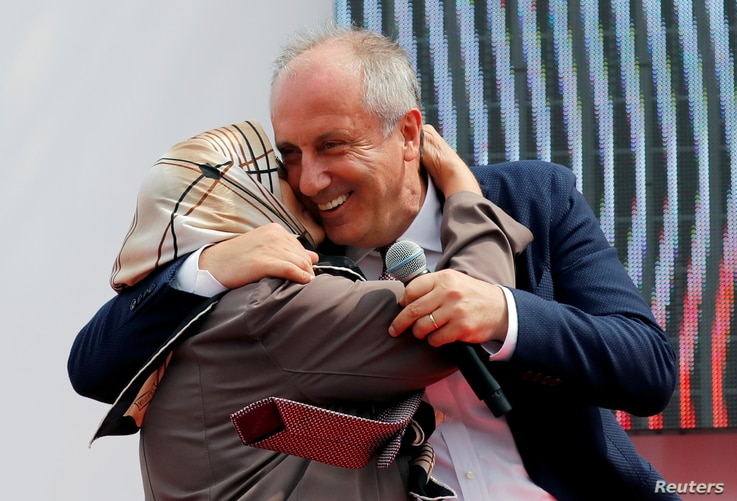 Muharrem Ince, presidential candidate of Turkey's main opposition Republican People's Party (CHP), embraces his mother, Zekiye Ince, during an election rally in Istanbul, June 23, 2018.