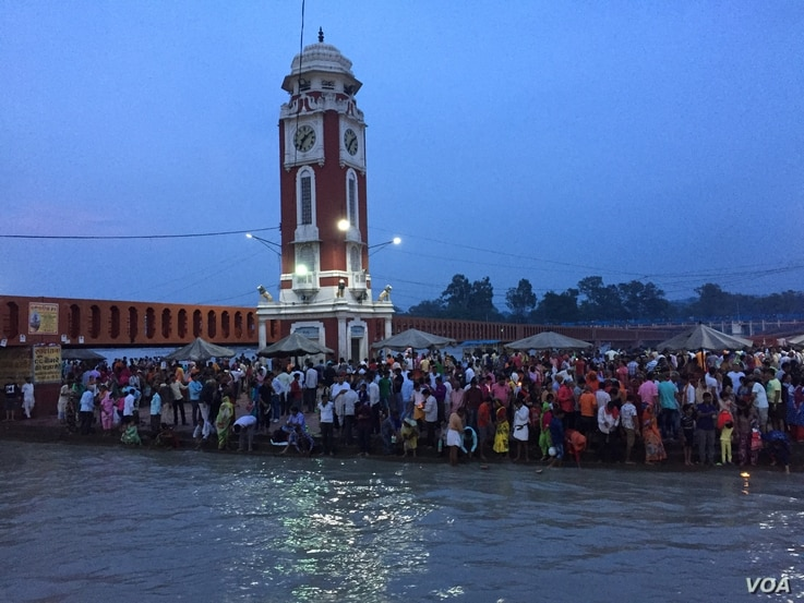 Hundreds gather to witness a colourful prayer ceremony held along the Ganges River in Haridwar every evening.  (A. Pasricha/VOA)