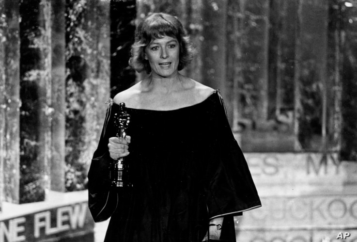 """FILE - Vanessa Redgrave holds the Oscar she won as best supporting actress for her role in the motion picture """"Julia,"""" during her acceptance speech, at the Academy Awards show in Los Angeles, April 3, 1978."""