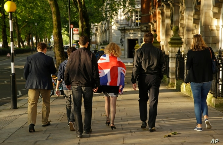 "Vote Leave supporters walk along a street in central London a day after ""Brexit"" vote. June 24, 2016. (AP)"