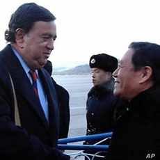 New Mexico State Governor Bill Richardson of the US (left) is welcomed by an unidentified North Korean official upon his arrival at Pyongyang Airport, 16 Dec 2010
