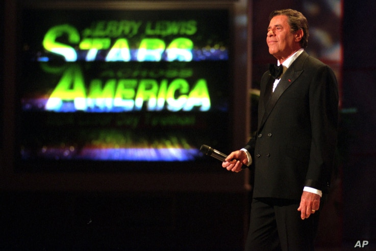 "Jerry Lewis pauses during the start of the ""Jerry Lewis Stars Across America, MDA Labor Day Telethon,"" in Los Angeles, Sept. 3, 1995."