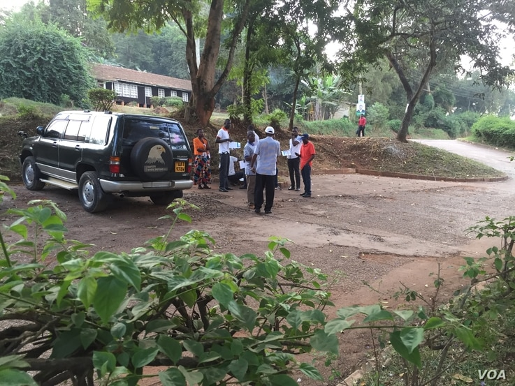 Would-be voters mill about a polling station at Makerere University, Feb. 18, 2016. (J. Craig/VOA)