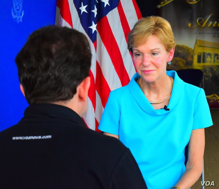 US Ambassador to Thailand Kristie Kenney speaks with VOA's Steve Herman in Bangkok, May 23, 2014.