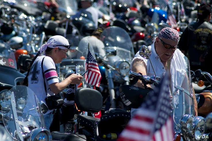 Participants get ready for the Rolling Thunder 'Ride for Freedom,' May 25, 2014. (Dimitris Manis/VOA)