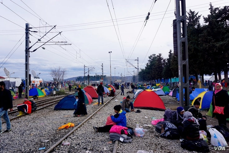 0472: Sleeping on the tracks: refugees are pitching tent wherever they can. (J. Dettmer/VOA)