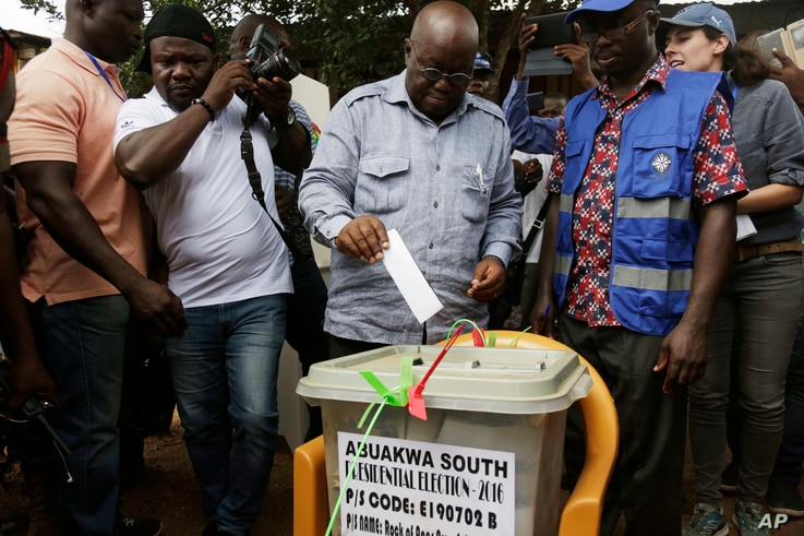 Nana Akufo-Addo, presidential candidate of the opposition New Patriotic Party, cast his vote during the Presidential and parliamentary elections at the Rock of Ages pooling centre in Kibi, eastern Ghana, Dec. 7, 2016.