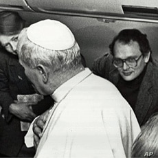 VOA's Jack Payton (r), then a reporter for UPI, accompanies Pope John Paul II to Rome after a trip to Turkey in 1979