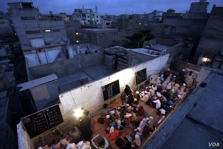"""""""Students free education center"""", more than 300 poor children hold classes on rooftop of building. (UNESCO/Akhtar Soomro)"""