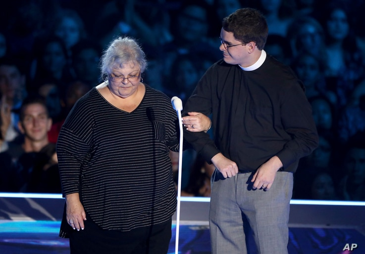Susan Bro, mother of Charlottesville victim Heather Heyer, left, and Rev. Robert Wright Lee, a descendent of Gen. Lee,  present the award for best fight against the system at the MTV Video Music Awards