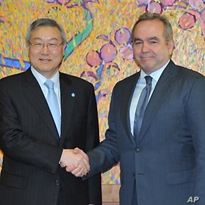 South Korean Foreign Minister Kim Sung-Hwan, left,  shakes hand with U.S. Assistant Secretary of State for East Asian and Pacific Affairs Kurt Campbell before their meeting at the Foreign Ministry in Seoul on Thursday Jan. 5, 2012. (AP Photo/ Kim Jae...