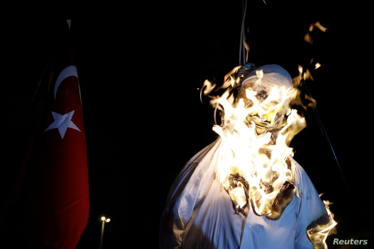 Supporters of Turkish President Tayyip Erdogan burn an effigy of U.S.-based cleric Fethullah Gulen hanged by a noose during a pro-government demonstration on Taksim Square in Istanbul, Turkey, July 18, 2016.