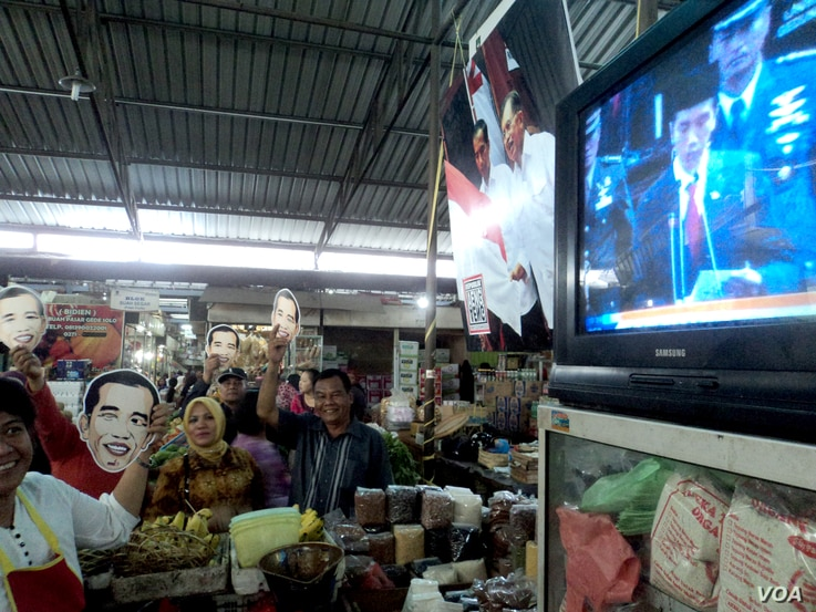In the hometown of newly-elected Indonesian President Joko Widodo, a market was used as a venue to celebrate his inauguration, complete with a big screen television, Solo, Indonesia, Oct. 20, 2014. (Iris Gera /VOA)
