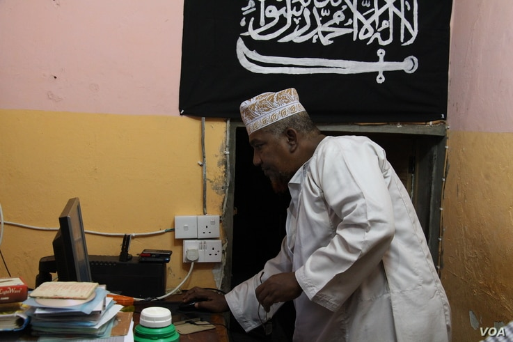 Radical Kenyan cleric Sheikh Abubakar Shariff, also known as Makaburi, at his house, where he lived alone and spent most of the time, October, 2013. (Mohammed Yusuf/VOA)