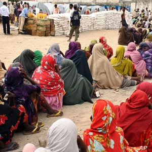 Internally displaced Somali women queue to receive food-aid rations at a distribution center, in an IDP camp in the Somali capital Mogadishu, July 26, 2011