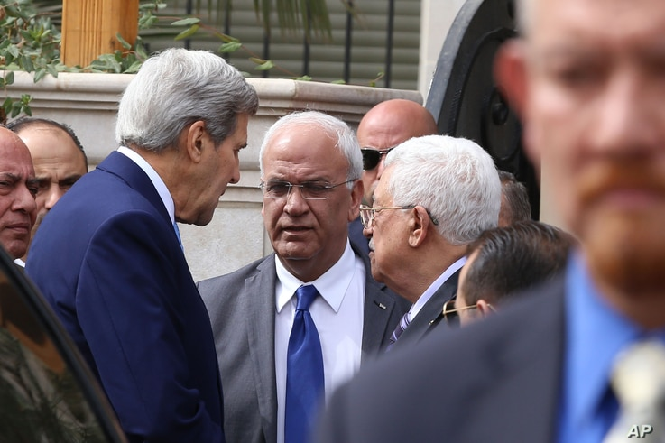 U.S. Secretary of State John Kerry, center left speaks with Palestinian President Mahmoud Abbas center right, and close aide to Abbas, Saeb Erekat, center, after their meeting at Abbas's residence in Amman, Jordan,  Oct. 24, 2015.
