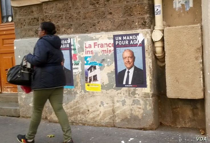 Another poster of Alain Juppe in Paris, France, Nov. 18, 2016. (L. Bryant/VOA)