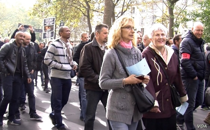 Parisians join police protests, Oct. 26, 2016. A poll shows most French think the demonstrations are justified. (L. Bryant/VOA)