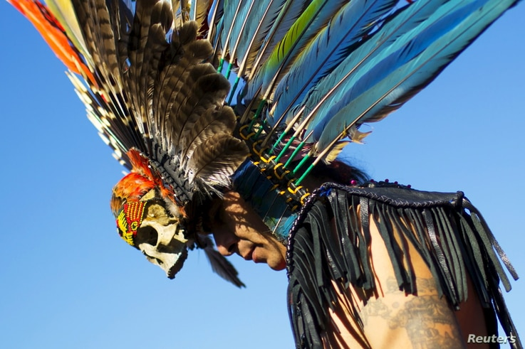 """A reveller gets ready to dance during a """"pow-wow"""" celebrating the Indigenous Peoples Day Festival in Randalls Island, New York, October 11, 2015."""