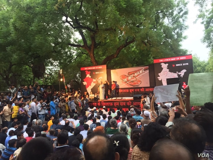 Thousands of citizens gathered in central Delhi to protest attacks by mobs and cow vigilante groups on Muslims and lower caste Hindus, June 28, 2017. (A. Pasricha/VOA)