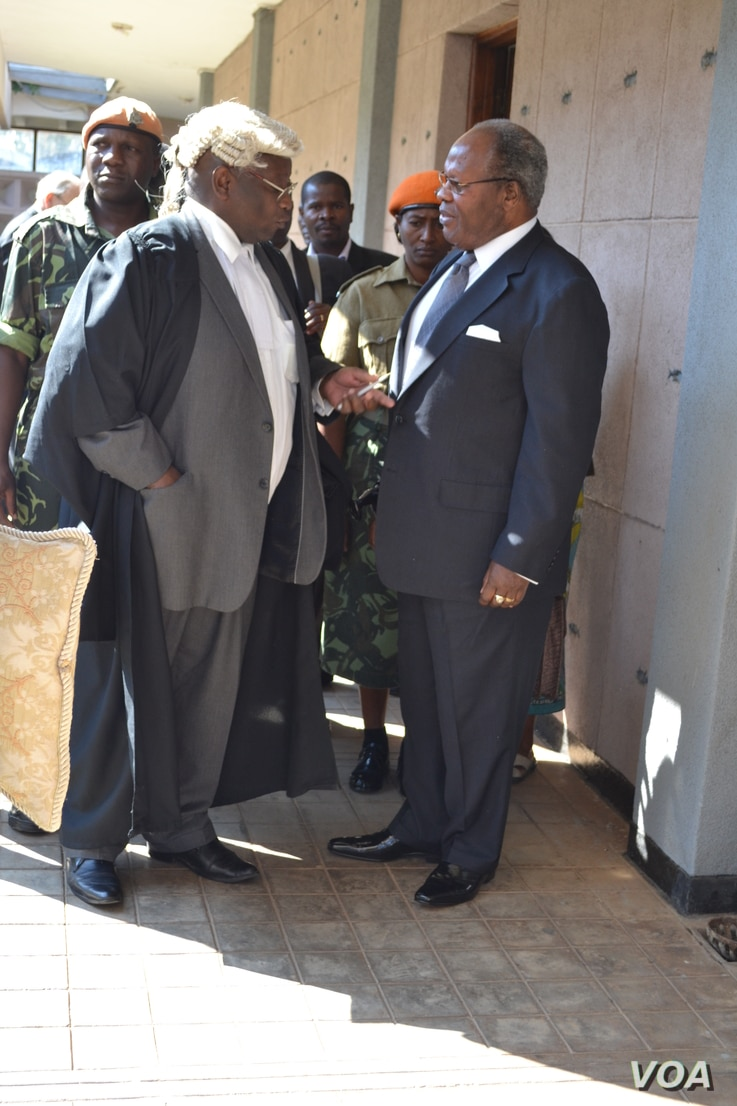 Former Malawi President Bakili Muluzi speaks with his attorney, Jai Banda, at the High Court in Blantyre. (L. Masina/VOA)
