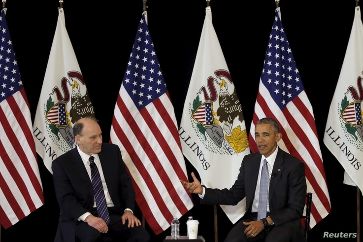 U.S. President Barack Obama, right, speaks with University of Chicago law professor David Strauss in Chicago, Ill., April 7, 2016. Obama taught constitutional law at the school for over a decade.