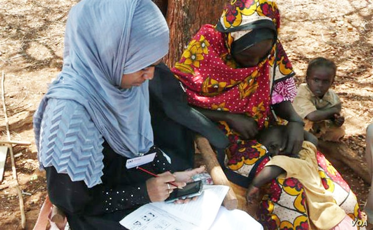 Red Cross volunteer uses mobile phone RAMP survey to gather health information in rural Kenya.  (Credit: IFRC)