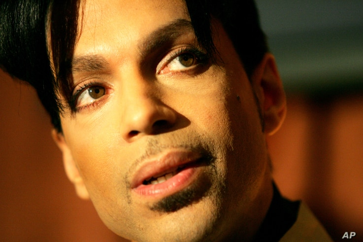 """Recording artist Prince speaks during a news conference about his recording agreement between himself and Universal Records and his new single """"Te Amo Corazon,"""" Beverly Hills, California, Dec. 13, 2005."""
