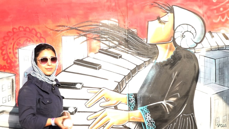 Shamsia Hassani says that in Kabul she generally has only a few hours to complete her work because of the dangers. In Istanbul she had three days to complete this mural.