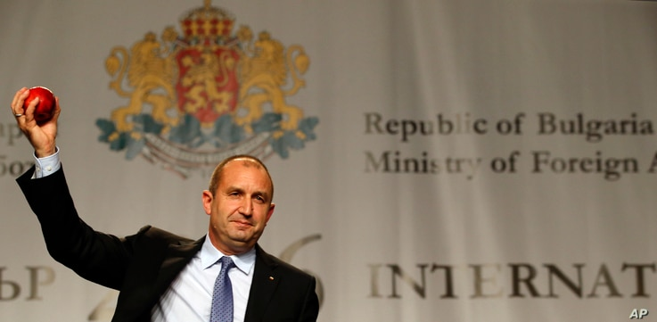 Bulgarian Socialists Party candidate Rumen Radev gestures with an apple during a press conference after presidential elections in Sofia, Bulgaria, Nov. 13, 2016.
