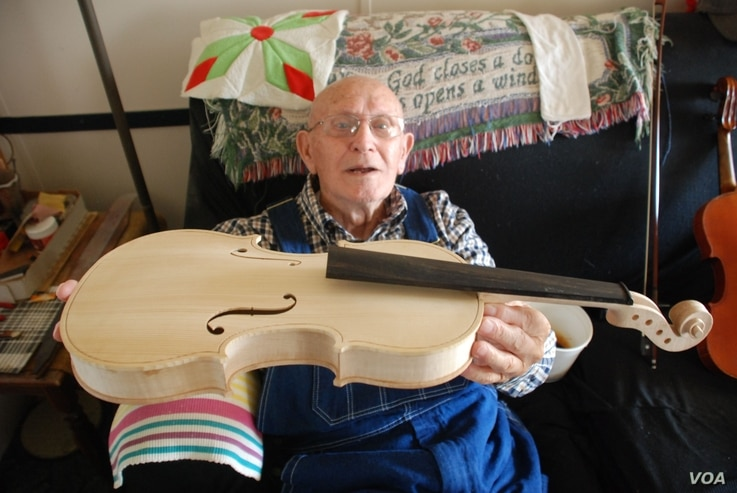 Clyde Davenport and his handmade fiddle, March 20, 2013 (Courtesy: Bobby Fulcher)