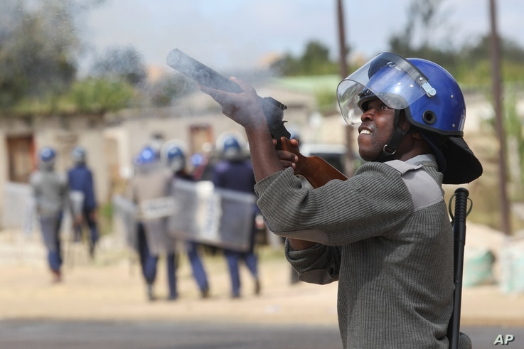 Armed Zimbabwean police battle rioters in Harare, July, 4, 2016. The violence came amid a surge in protests in recent weeks because of economic hardships and alleged mismanagement by the government of President Robert Mugabe.