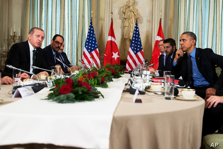 President Barack Obama (r) holds a bilateral meeting with Turkish President Recep Tayyip Erdogan, in Paris, Dec. 1, 2015.