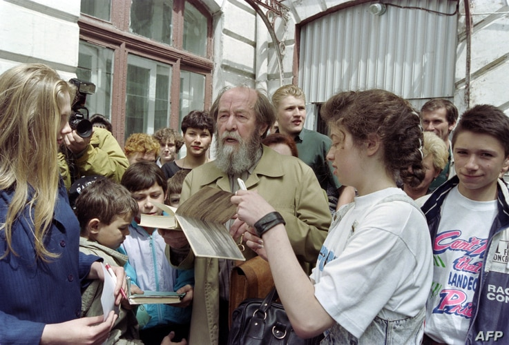 """Russian writer Alexander Solzhenitsyn autographs his book """"Archipelago GULAG"""" after meeting pupils of school number 1 in Vladivostok on May 30, 1994. Solzhenitsyn, who returned to Russia on May 27, 1994 following 20 years of exile, plans to travel ac..."""