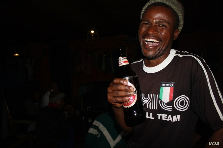 """Slow Food International research shows that many young South Africans drink commercial beers and reject umqombothi as a """"relic"""" of the past. (D. Taylor/VOA)"""