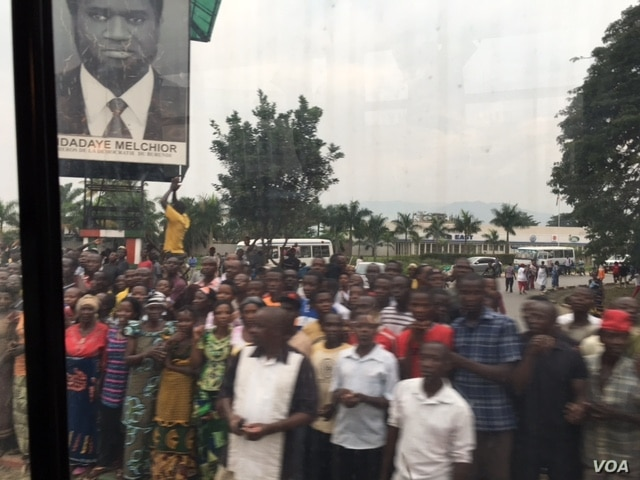 Hundreds of Burundi citizens lined the road leading from the airport, waving and cheering as the U.N. Security Council delegation arrived Jan. 21, 2016. (M. Besheer/VOA)