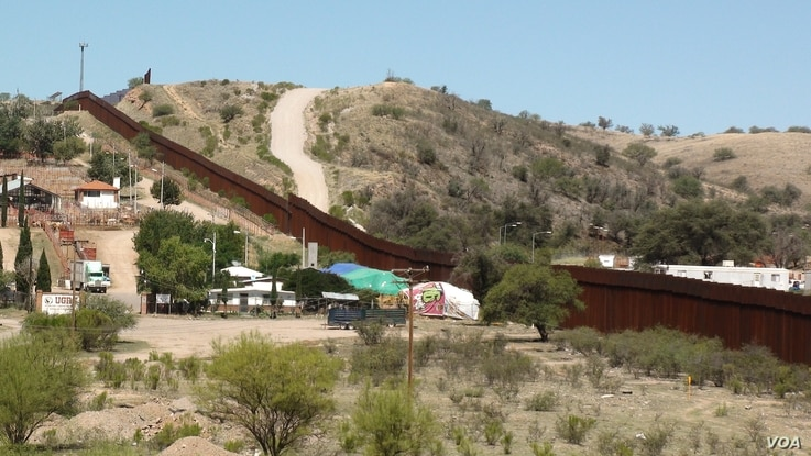 The border wall at Nogales: Mexico is on the left, the US on the right, July 12, 2016. (G. Flakus/VOA)