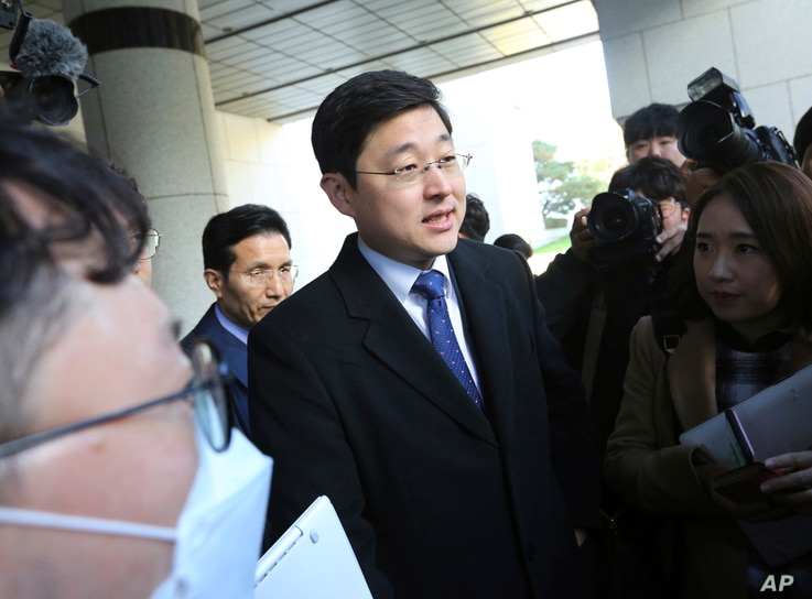 Oh Seung-hun, center, speaks to reporters after a court's verdict to overturn his conviction on refusing to do mandatory military service, at the Supreme Court in Seoul, South Korea, Nov. 1, 2018.