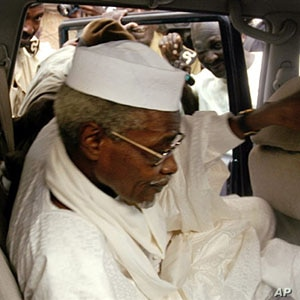Former Chadian president Hissène Habré leaves Dakar's courthouse escorted by prison guards (2005 file photo)