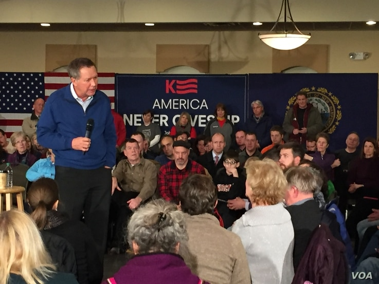 Republican presidential hopeful, Ohio Governor John Kasich meeting with voters at the Derryfield Restaurant in Manchester, New Hampshire, Feb. 8, 2016.(VOA/K. Gypson).