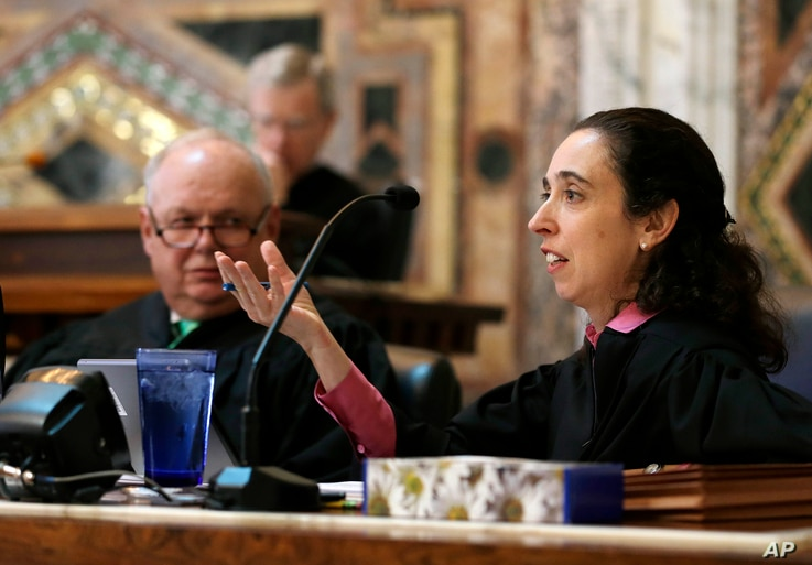 Circuit Judge Michelle T. Friedland, right, gestures while questioning Barry Bonds' attorney, Dennis Riordan, before an 11-judge panel of the 9th U.S. Circuit Court of Appeals, in San Francisco, Sept. 18, 2014.