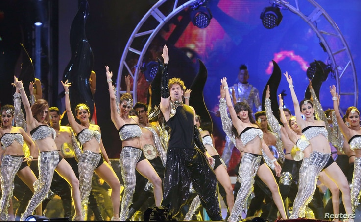 Bollywood actor Hrithik Roshan performs during the 15th International Indian Film Academy Awards in Tampa, Florida, April 26, 2014. Picture taken April 26, 2014.  REUTERS/Mohammed Jaffer-SnapsIndia (UNITED STATES - Tags: ENTERTAINMENT) - RTR3MU23