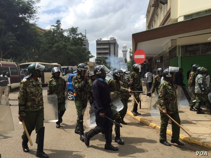 Kenyan riot police cordon off the electoral commission headquarters in Nairobi, May 24, 2016. (Photo: J. Craig/VOA)