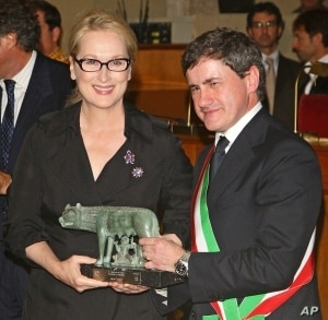 American actress Meryl Streep receives a bronze statue of Rome's symbol from the Mayor Gianni Alemanno in October 2009.