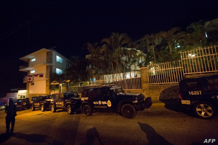 Federal police personnel remain in front of a hotel that was targeted by gunmen, in Acapulco, April 25, 2016.