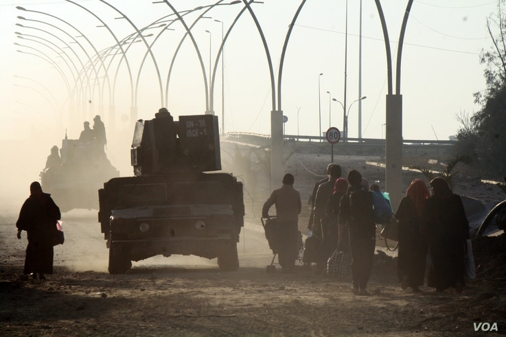 Families are on the move in Iraq-controlled Mosul, with some fleeing and others going home as soldiers battle the last IS strongholds in the eastern part of the city, Jan. 23, 2017. (H. Murdock/VOA)