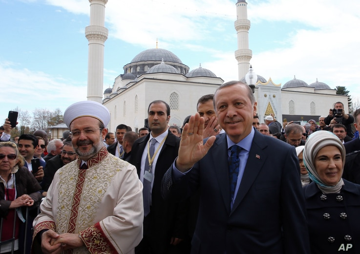 Turkey's President Recep Tayyip Erdogan, and Turkey's Religious Affairs Chief Mehmet Gormez, left, arrive for a dedication ceremony for  the Diyanet Islamic Cultural Center in Lanham, Maryland, April 2, 2016.